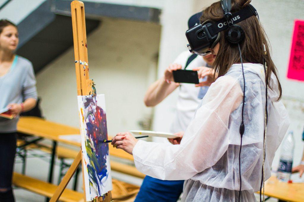 Studentessa sperimenta la tecnologia immersiva nel laboratorio di arte